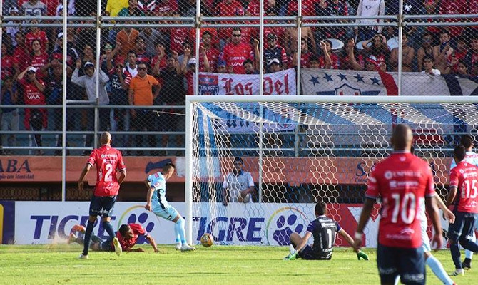 Bolívar marca gol en Sacaba