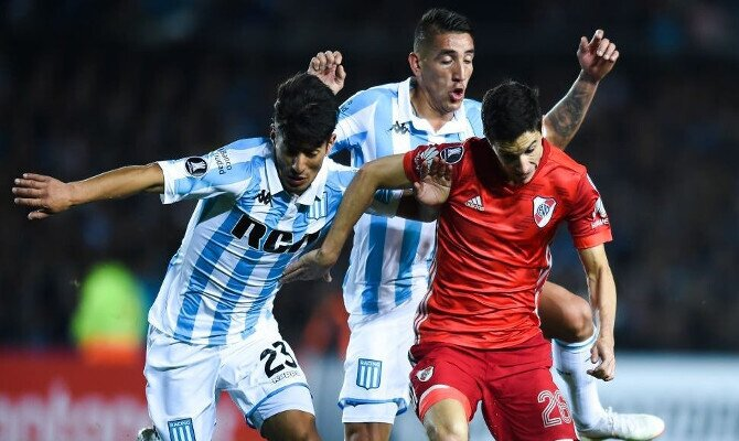 Fernández lucha la pelota ante Racing