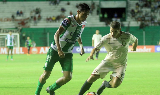 Ronaldo Sánchez desborda a un rival