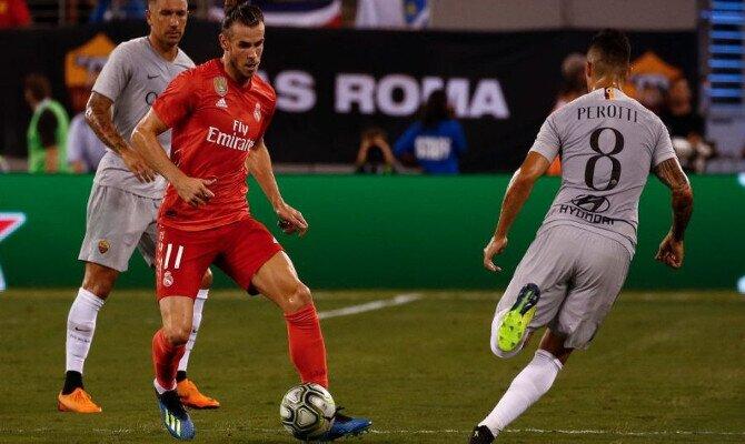 Bale disputa el balón ante la Roma