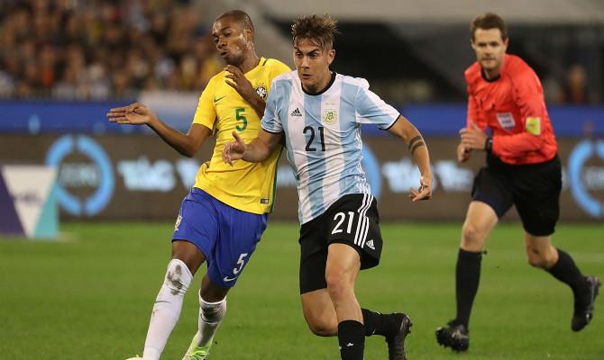 Dybala lucha con Fernandinho