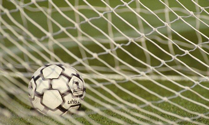 Imagen de un balón en el fondo de la red. Revisa las cuotas para el Guaraní vs Atlético Nacional de la Copa Libertadores