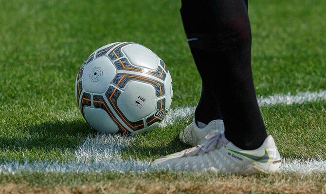 Imagen de un jugador preparado para lanzar un córner. Revisa nuestros picks para el Once Caldas vs Deportivo Cali