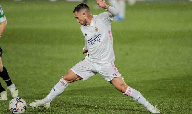 Eden Hazard trata de controla el balón. Picks para el Real Madrid vs Chelsea, UEFA Champions League