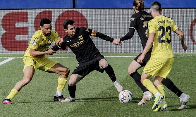 Messi protege el balón frente a varios jugadores. Cuotas del Valencia vs Barcelona de LaLiga