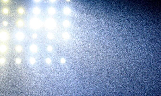 Imagen de los focos de un estadio bajo la lluvia. Cuotas Aragua vs La Equidad, Copa Sudamericana