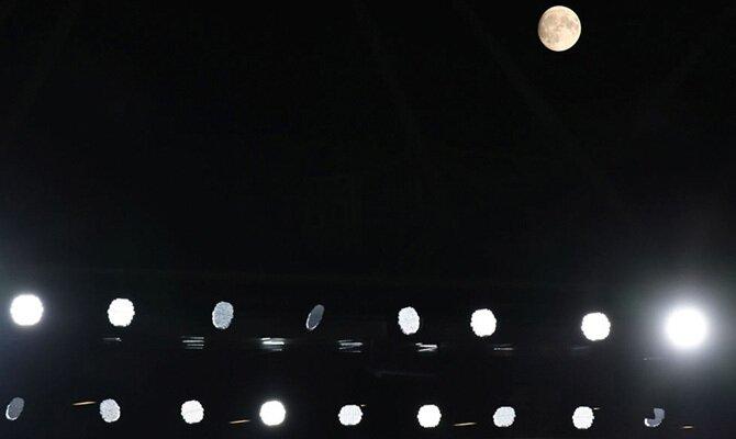 Los focos del estadio alumbran en la noche. Cuotas para La Equidad vs Gremio de la Copa Sudamericana
