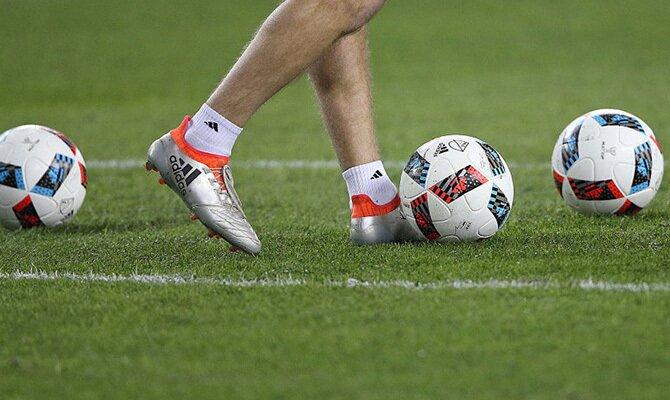 Un jugador controla el balón en la imagen. Cuotas La Guaira vs América de Cali, Copa Libertadores
