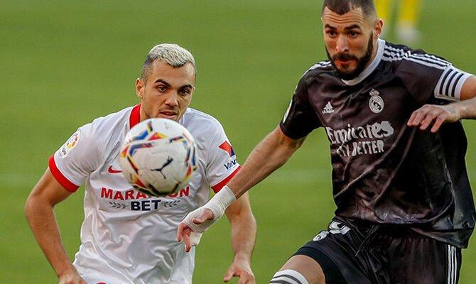 Benzema, a la derecha, pelea por controlar el balón. Cuotas para el Real Madrid vs Sevilla.