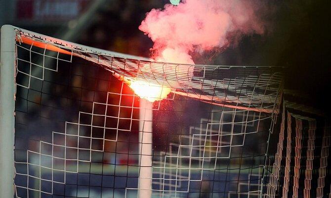 Las bengalas iluminan las gradas y la portería. Cuotas Santa Fe vs Junior, Copa Sudamericana.