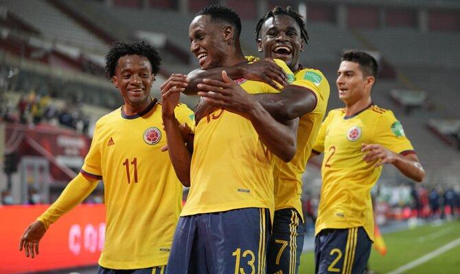 Duvan Zapata y Yerry Mina celebran un gol en la imagen. Cuotas y picks Colombia vs Argentina.