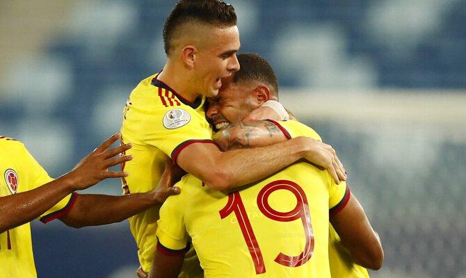Varios jugadores colombianos se abrazan en la imagen. Cuotas Colombia vs Perú, Copa América 2021.