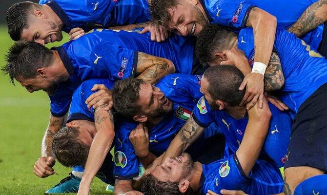 Los jugadores de Italia se abrazan celebrando un gol. Cuotas Italia vs Austria de la Euro 2020.