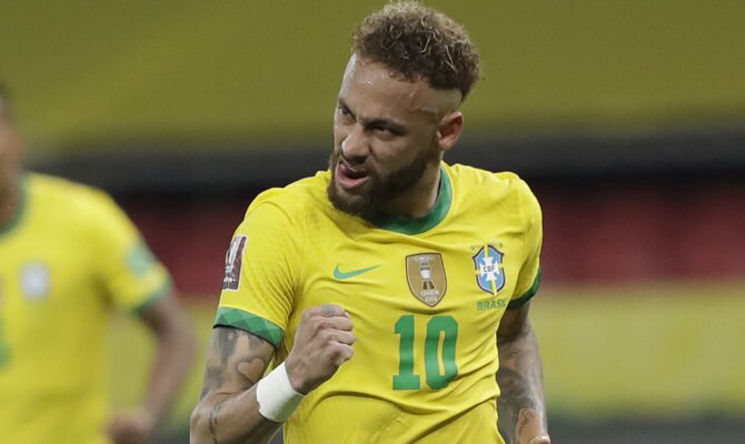 Neymar Jr, estrella de la Canarinha, celebra un gol. Apuestas y picks para el Paraguay vs Brasil.