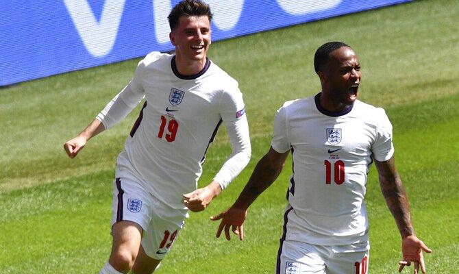 Mason Mount y Raheem Sterling celebrando un gol. Picks República Checa vs Inglaterra, Euro 2020.