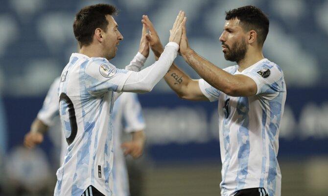 Agüero y Messi celebran un gol durante la Copa América 2021. Cuotas Argentina vs Colombia.