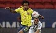 Juan Cuadrado lucha por el balón en la imagen. Cuotas y picks Colombia vs Perú, Copa América 2021.
